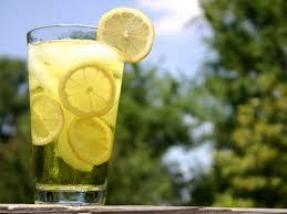 3دلیل شگفت انگیر برای اضافه کردن لیمو به آب آشامیدنی خود
