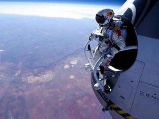 نخستین پرش آزاد بشر از لبه فضا