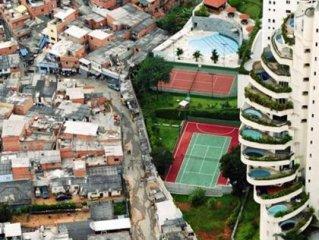 عجيبترين مرز بين ثروتمندان و فقرای يک شهر